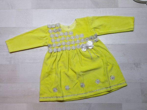 Велюровое платье с серебряной отделкой желтое